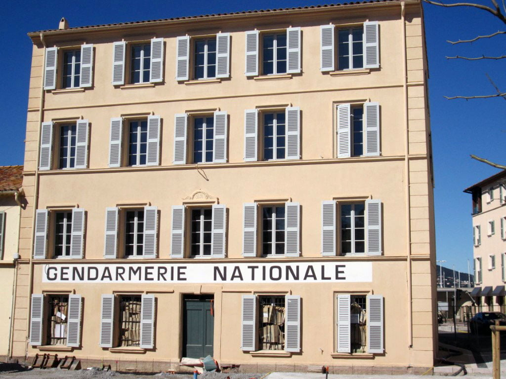 Francuska_Sen_Trope_Policijska_stanica_Lui_de_Fin_autobusom_akcija
