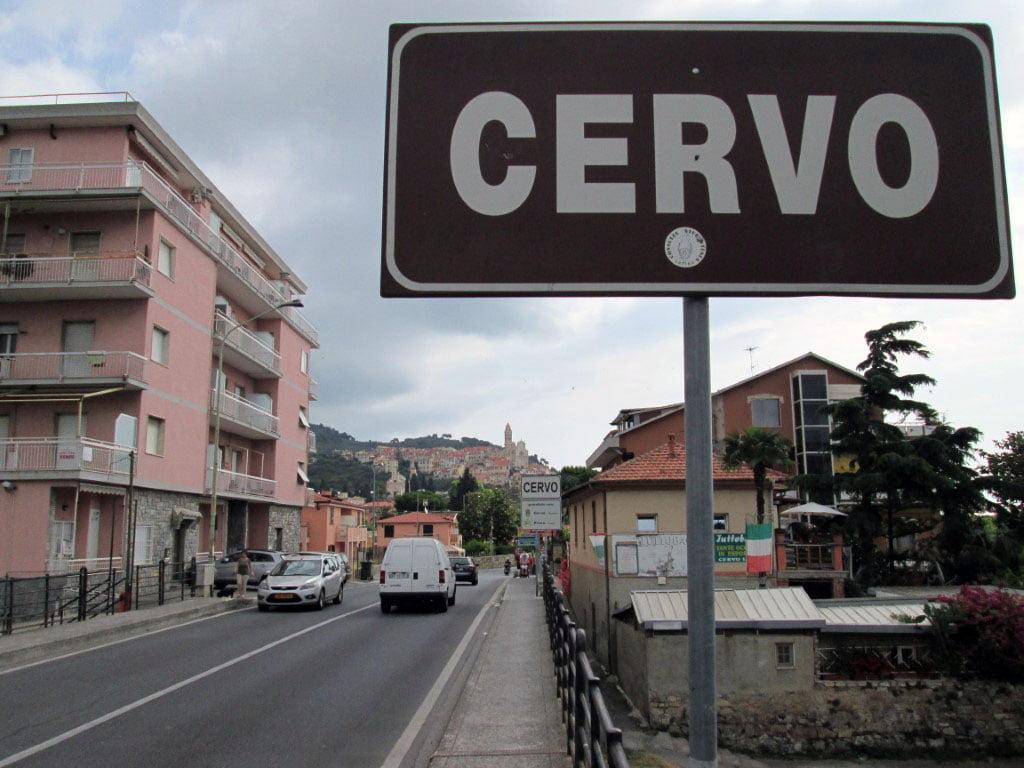 Italija_Ligurija_Zaliv_Dianeze_Cervo_Evropski_gradovi_autobusom_akcija