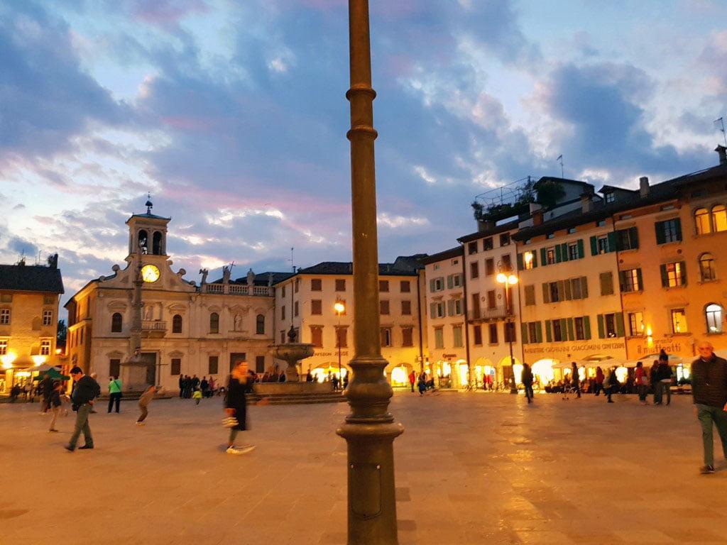Italija_Udine_Furlanija_julijska_krajna_Trg_mateoti_autobusom_akcija