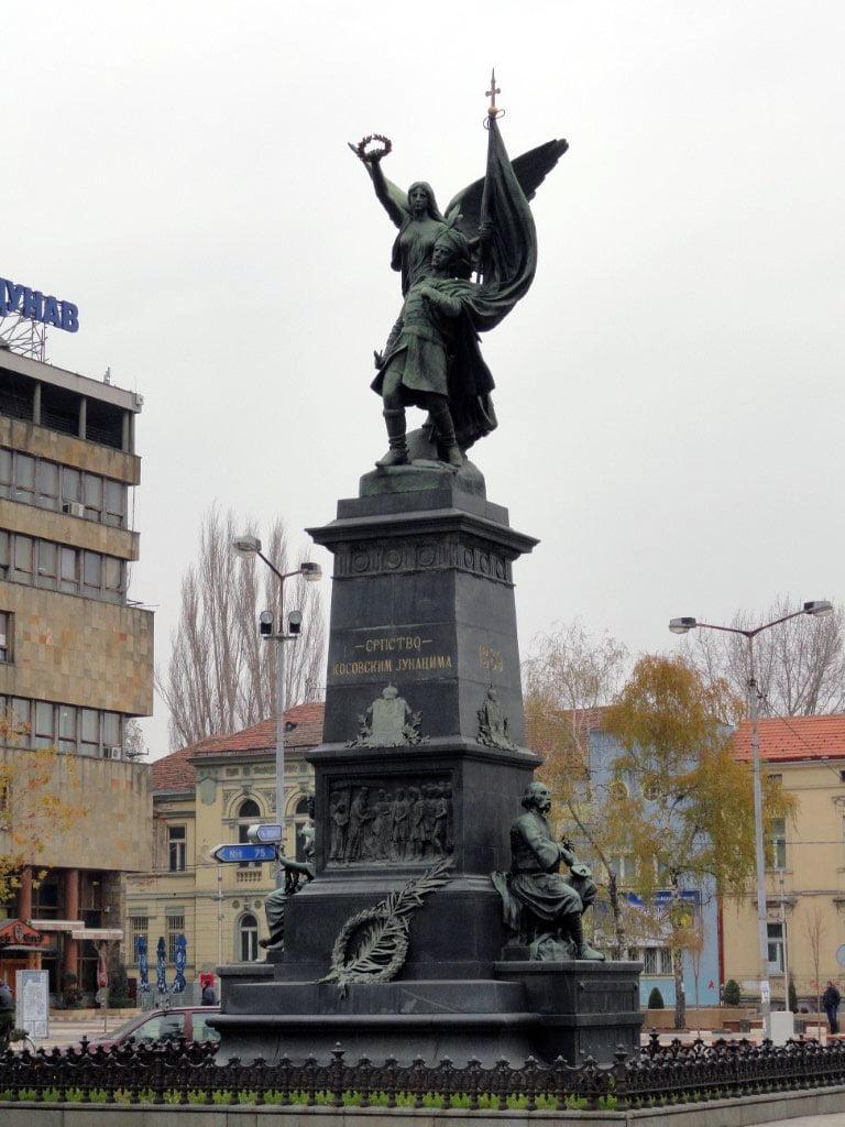 Srbija_Krusevac_Spomenik_kosovskim_junacima_autobusom_minibus