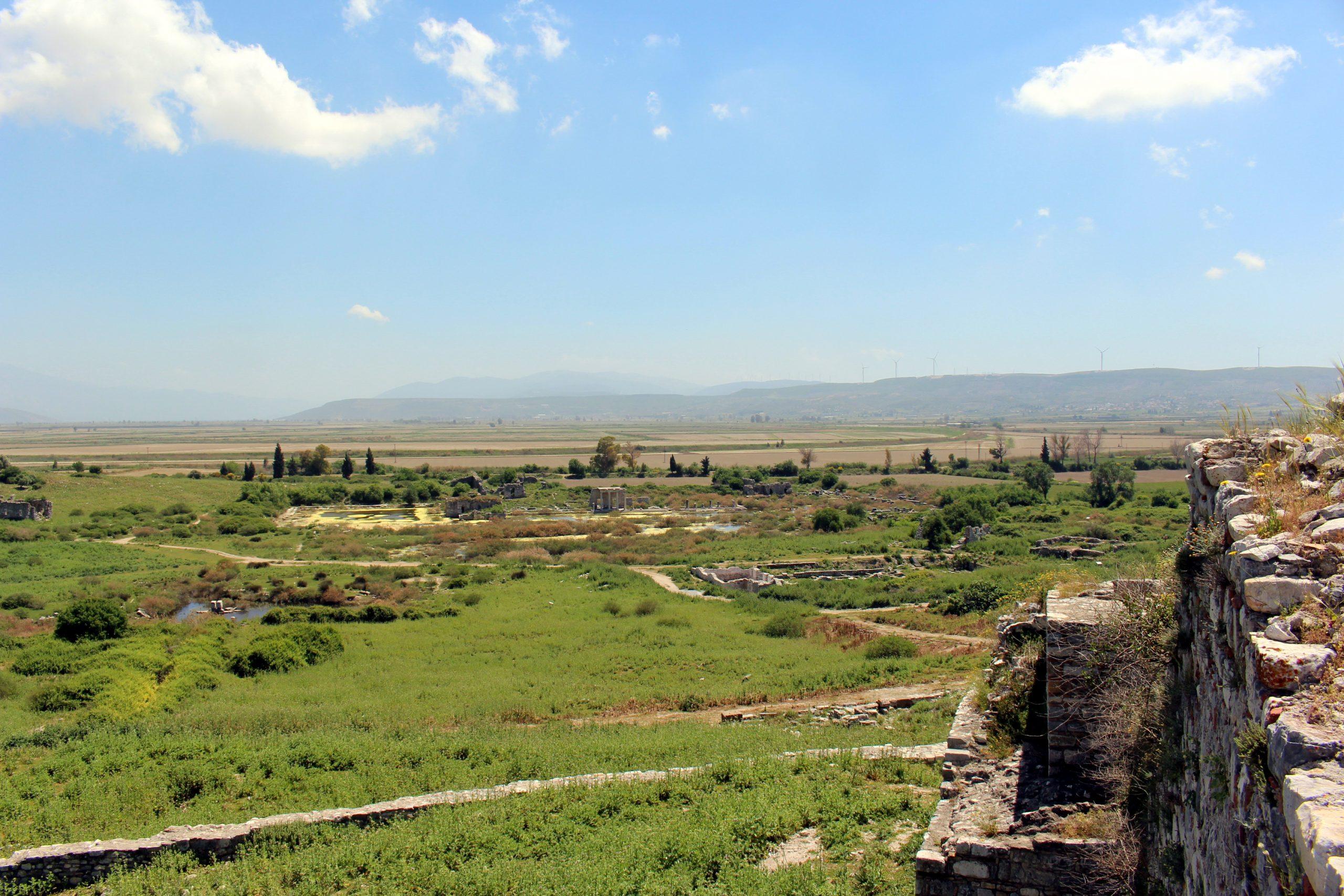Poglde sa tvrdjave na malobrojne ostatke nekada blistavog grada